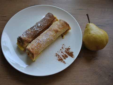 Zoete pannenkoek gevuld met peer, mandarijn, en kaneel